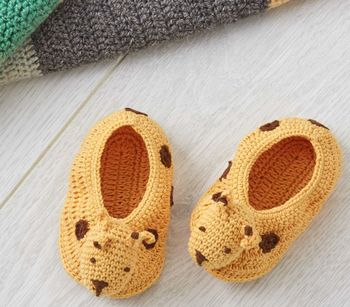 normal_crochet-giraffe-baby-booties-in-gift-box
